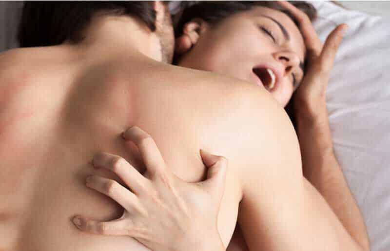 セックスシーンベッド上