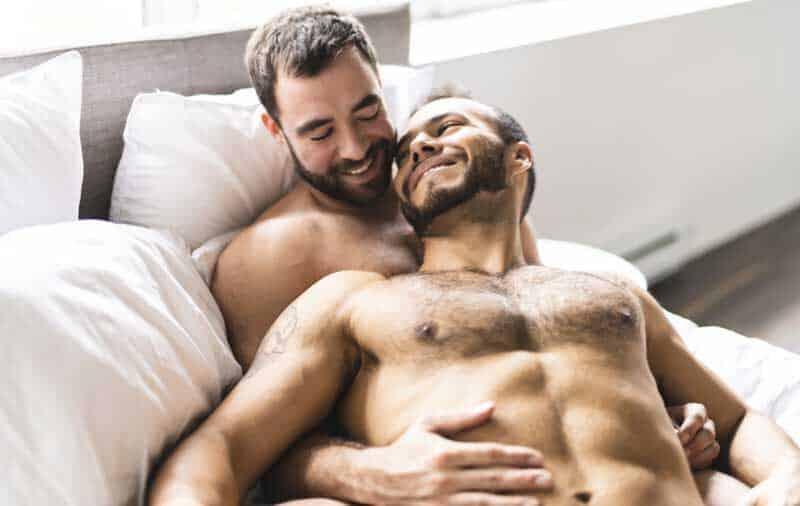 ベッドにいるゲイカップル